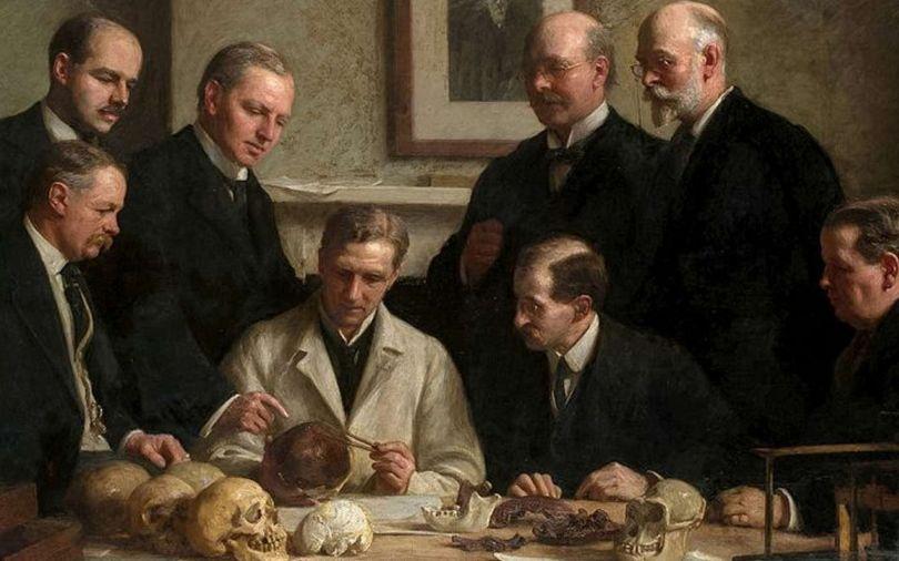 Examen du crâne de l'homme de Piltdown