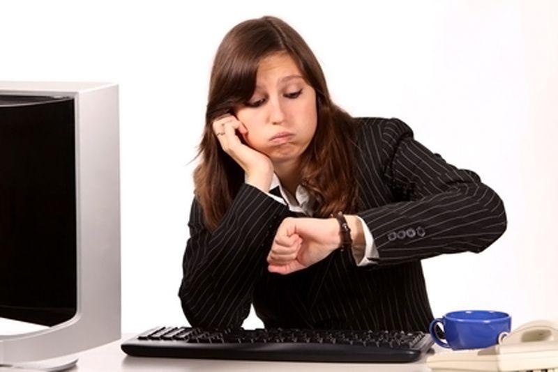 Jeune femme qui s'ennuie au bureau