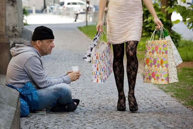 Homme mendiant - Femme riche