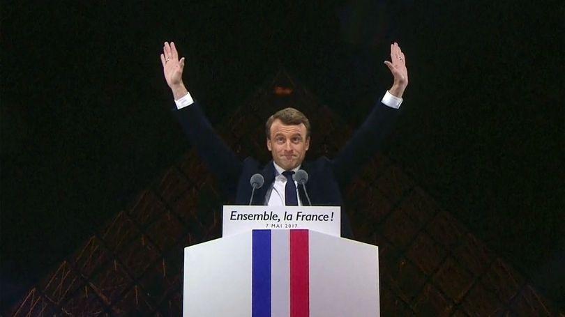 Emmanuel Macron - Pyramide - Louvre - Bras - FM