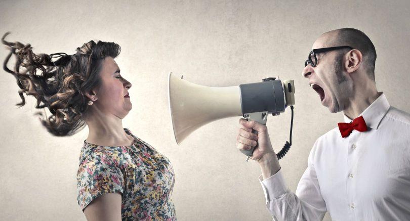 Homme - Haut-parleur - Femme