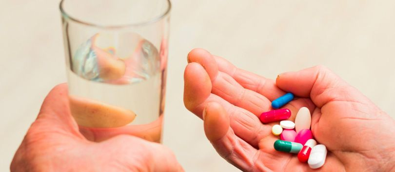 Médicaments - Verre d'eau- Main