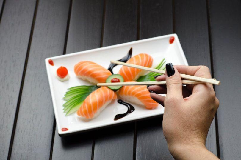 Sushi-japon-plat-cuisine-baguettes
