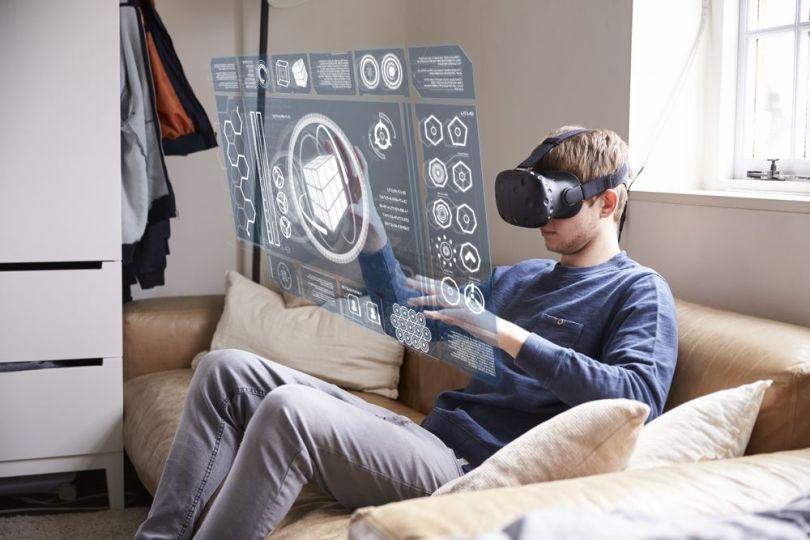 Un homme avec des lunettes de réalité virtuelle