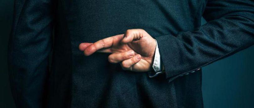 Homme – Croiser les doigts