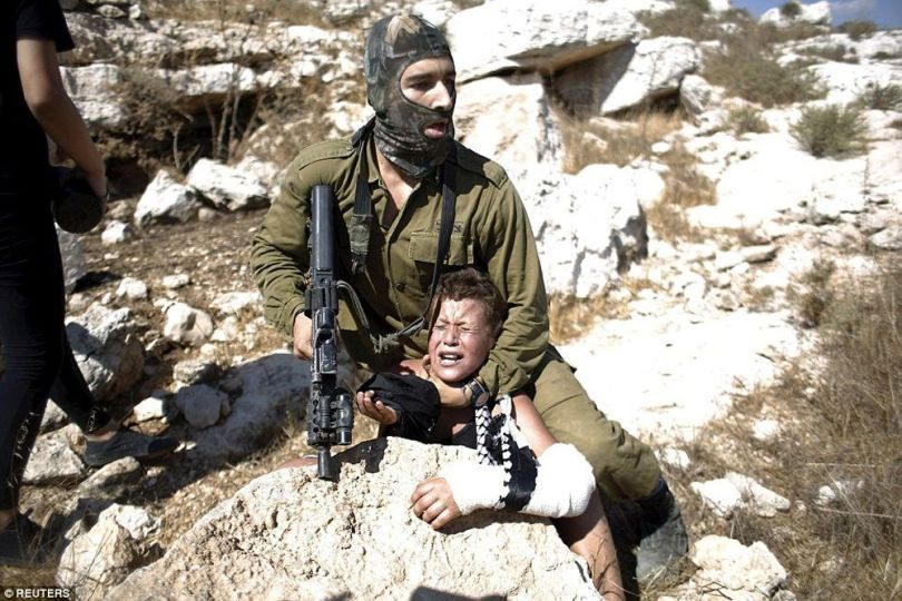 Soldat israélien – Enfant – Bras plâtre