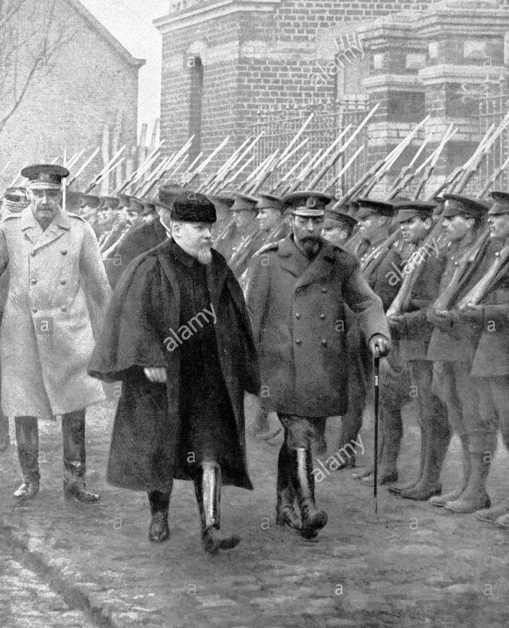 Raymond Poincaré se promenant avec le roi George V