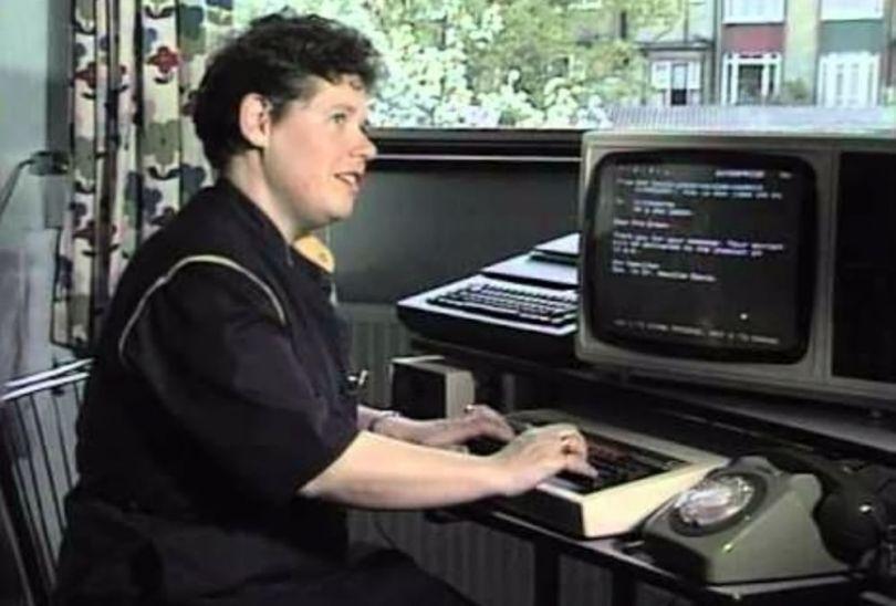 Femme - Ordinateaur - 1984