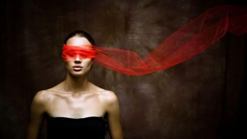 femme - yeux bandées - foulard