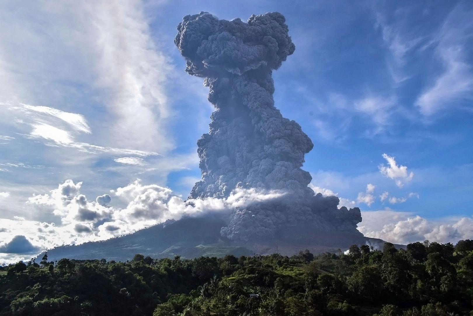 Indonésie : le stratovolcan Sinabung rejette d'immenses colonnes de cendres s'étendant sur des kilomètres [Vidéos]