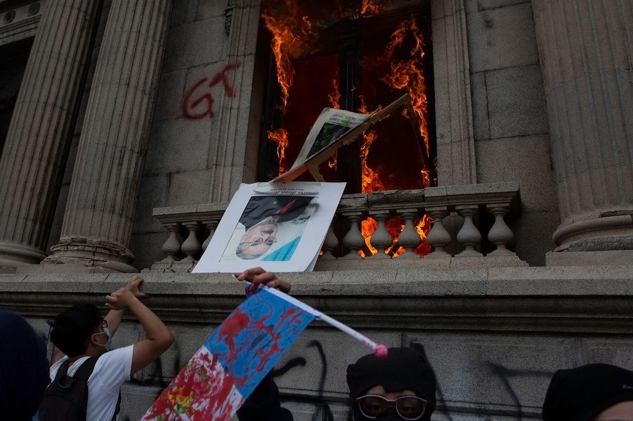 Guatemala : des manifestants mettent le feu au Parlement pour protester contre le budget 2021 [Vidéos]