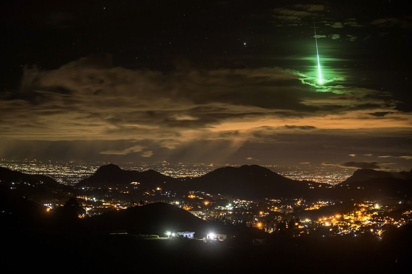 Japon : presque aussi brillant que la pleine lune, une boule de feu illumine le ciel nocturne Nippon