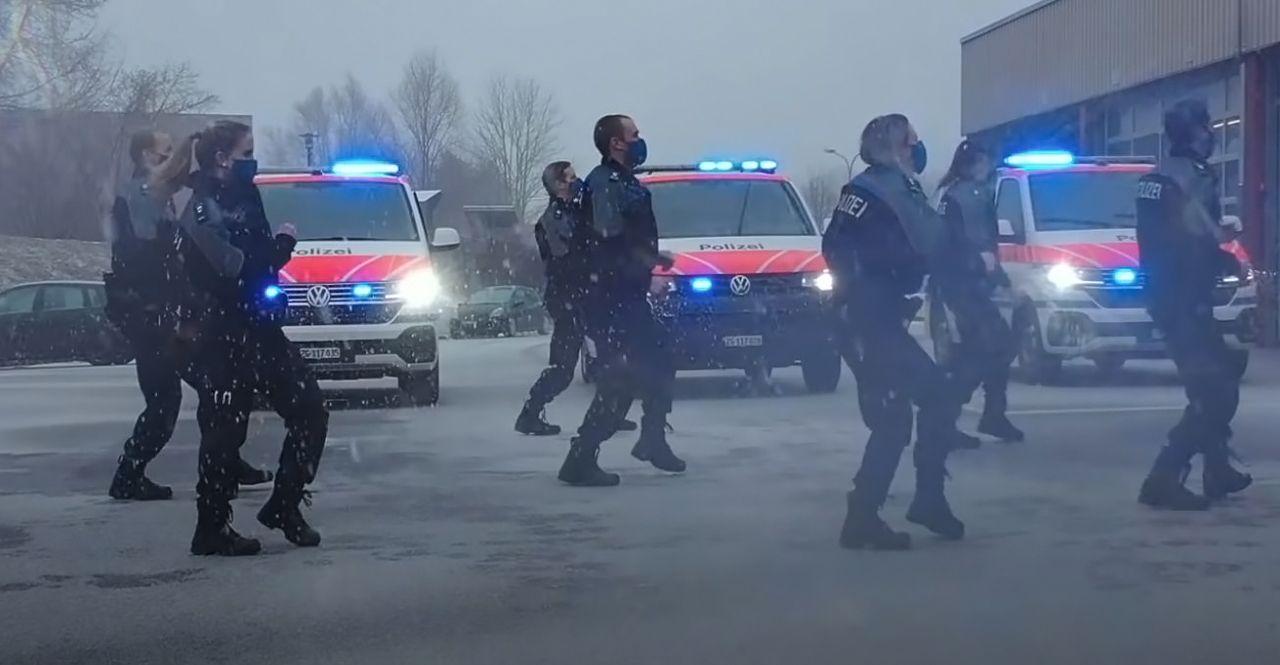 Covid-19 : la chorégraphie de la police suisse de Zoug pour faire oublier la crise sanitaire [Vidéos]