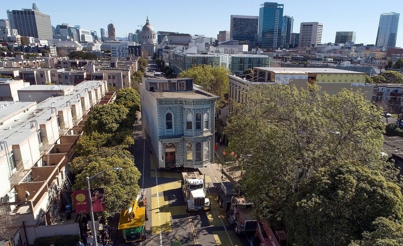 San Francisco : le déplacement spectaculaire d'une maison victorienne sur plusieurs rues… Un incroyable périple